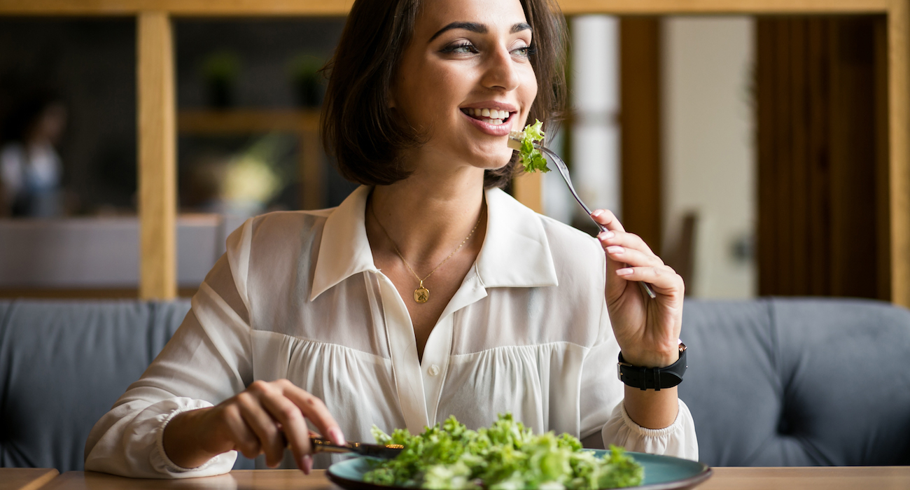 Mulher de negócios com salada
